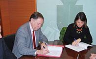 La Alcaldesa firma el contrato para la ejecución del paso inferior bajo la autopista A6